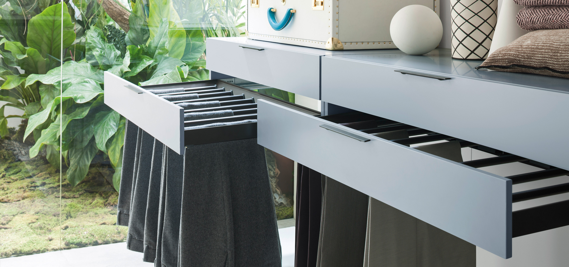 Pull out trouser rack with drawer front